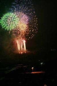 毎年8月15日におこなわれる大鹿花火大会の様子